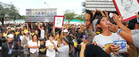 Anti-government protesters and family of Janjit Kladsakorn, killed in a bomb attack on the protesters in the Government House on Thursday, parade his coffin inside the City Police headquarter. Police are alleged of being behind the attack