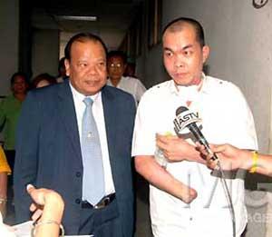 Chingchai's lawyer Suwat Apaipak(L), Chingchai Udomcharoenkit (R)
